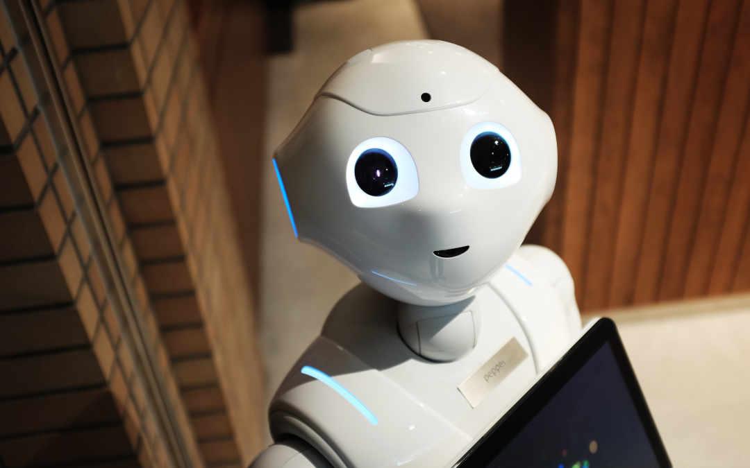 Freundlicher Roboter symbolisiert Marketing-Automation für B2B, Photo by Alex Knight on Unsplash